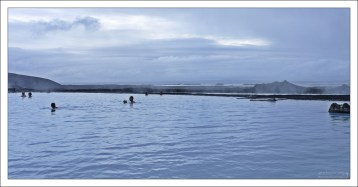 Два озера Myvatn в кадре - сделанное людьми, и природное.