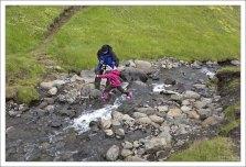 Поднимаемся по течению к водопаду Хенгифосс.