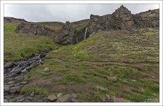 Местами, путь к водопаду Хенгифосс путь проходит по самому краю ущелья.