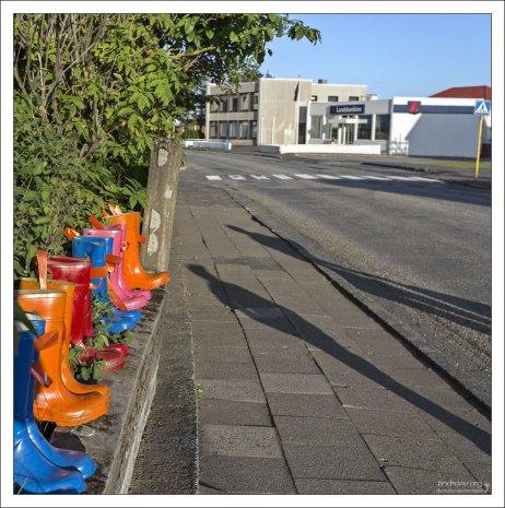 Яркие резиновые сапоги, они же горшки - для цветов. На улицах Хофна.