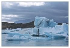В летний период от массы ледника периодически откалываются айсберги.