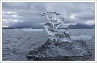 Маленькие льдины необычных форм, уже изрядно подточенные водой.