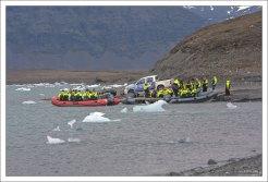 Тур-группа готовится к сплаву по Ледяной лагуне.