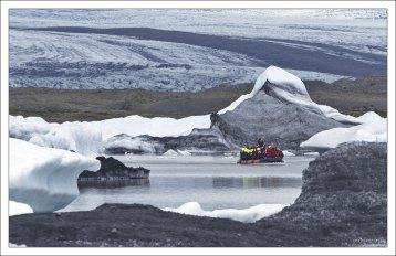 Туристы набились в резиновую лодку.