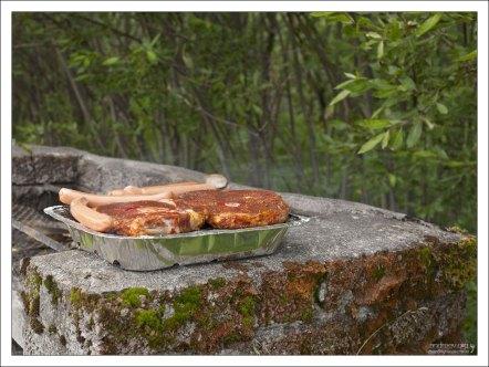 Исландская баранина и сосиски на одноразовом гриле.