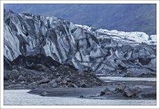 Лед уже изрядно занесен черным песком.