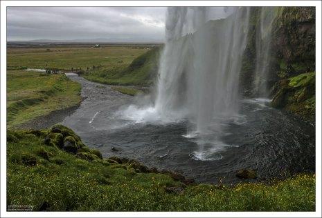 Высота падения воды Сельяландсфосса - 60 метров.