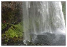 Тропа, спрятанная за водопадом Сельяландсфосс.