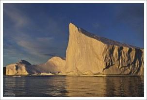 Айсберги при полуночном солнце – одно из самых необычных зрелищ.