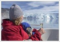 Пикник с шампанским в честь ледника.