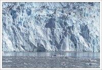 От ледника постоянно откалываются куски.