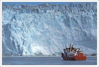 Лед поднимается на высоту до 100 метров.