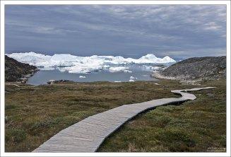 """Такие пешеходные мосты над тундрой в Гренландии называются """"gangbro""""."""