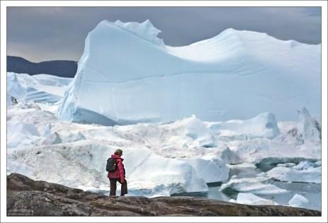 Айсберги, откалывающиеся от ледника, часто настолько велики (до километра), что не могут плавать по фьорду и лежат на его дне.