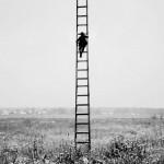 un om pe niste scari