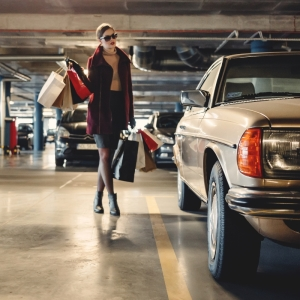Consumismo e gastos por impulso - Imagem de mulher com sacolas de compras