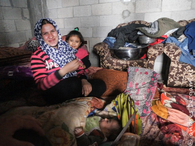 Gaza: il sorriso della mamma senza parole