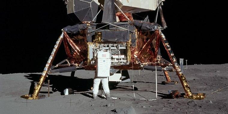 https://commons.wikimedia.org/wiki/Apollo_11#/media/File:Apollo_11_Lunar_Lander_-_5927_NASA.jpg