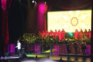 BCE performing with Barry Manilow at the TD Garden in Boston, June 2015.
