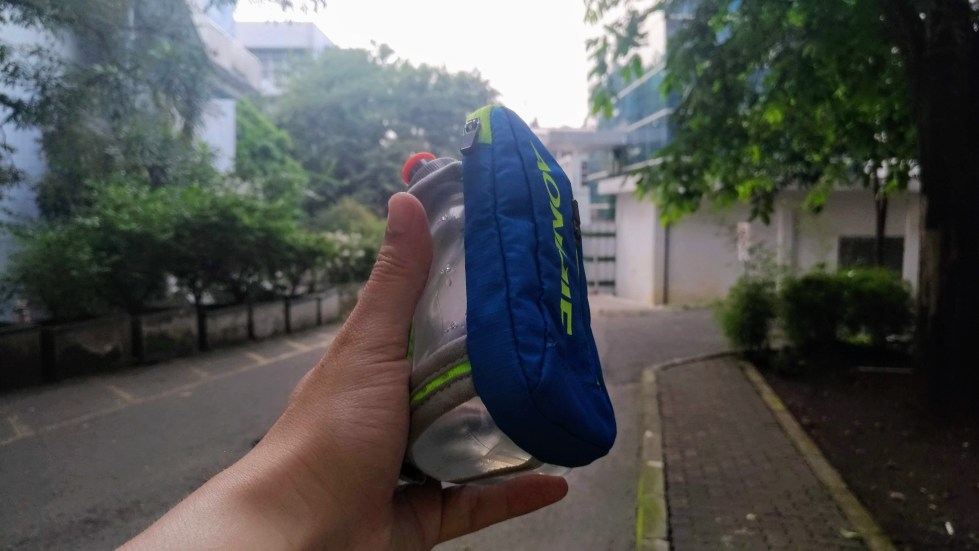 Review Aonijie Handheld Hydration Pack 250ml