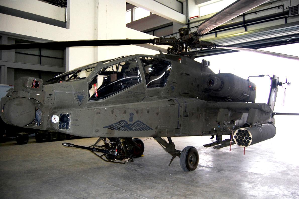 Το AH-64 Apache είναι οπλισμένο με ένα πυροβόλο όπλο M230 των