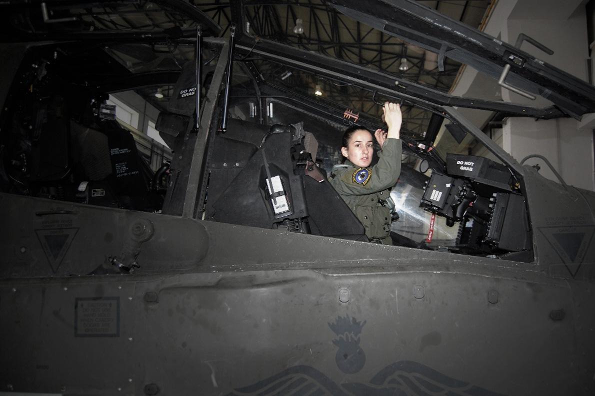 Το AH-64 Apache είναι δικινητήριο ελικόπτερο και έχει πλήρωμα