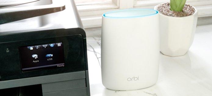 Netgear Orbi RBK20 à côté d'une imprimante