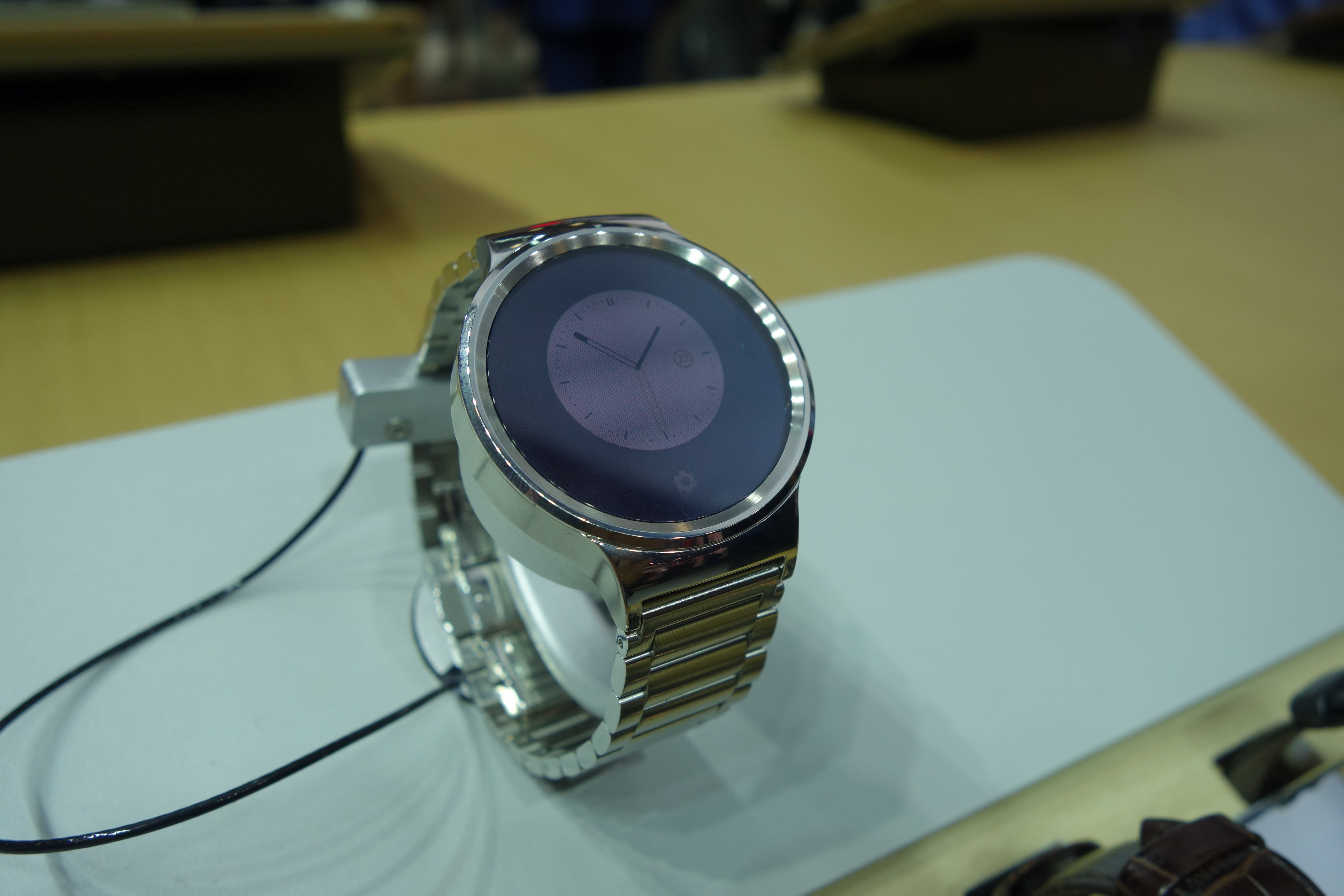 Moto 360 2015 Vs Huawei Watch The Battle For Most Like Motorola Smart Black Leather When Introduced Its Earlier This Year You Could Tell They Were Hot On Motorolas Heels A Premium Smartwatch Design
