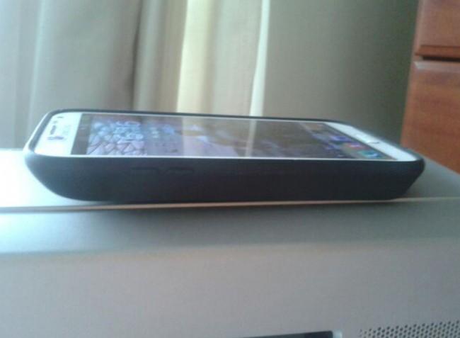 Der erweiterte Akku macht das Smartphone nicht gerade dünn. Foto: Android Authority.