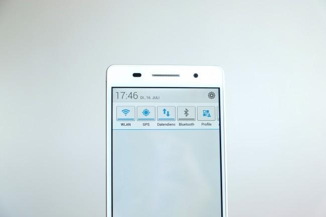 Durch Herunterziehen der Benachrichtigungsleiste erhalten Sie Zugriff auf Quick-Settings, wie man sie etwa auch von Samsung Galaxy-Smartphones kennt.