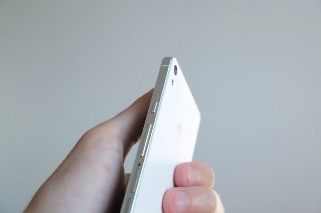 Der Rahmen des Ascend P6 besteht aus edlem Aluminium, auch die Tasten sind aus diesem Material und besitzen zudem einen angenehmen Druckpunkt.