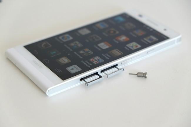 SIM-Karten- und microSD-Schacht lassen sich jeweils mit einem speziellen Werkzeug öffnen. Der Clou daran ist, dass dieses im Gerät selbst verstaut werden kann.