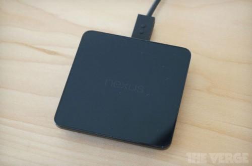 Das kabellose Ladegerät wird für knapp 50 US-Dollar im Play Store angeboten. Foto: The Verge.