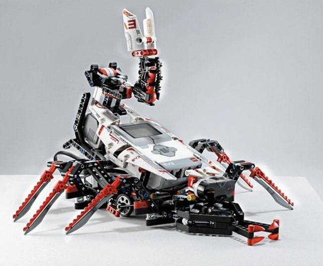 spik3r: Ein skorpionartiger Roboter, der Bälle verschießt und selbständig auf Beutejagd gehen kann.
