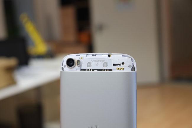 Die beiden SIM-Karten werden oben in das Gerät gesteckt. Dazu müssen Sie den Deckel über der Kamera abnehmen.