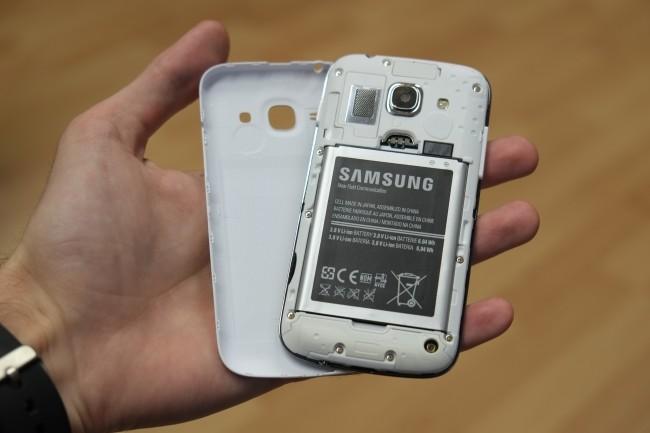Wie bei Galaxy-Smartphones üblich, lässt sich die Rückseite abnehmen. Hier lässt sich der Akku austauschen und eine SIM-Karte einlegen.