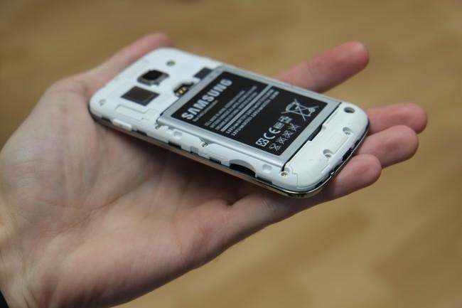 An der linken Seite ist zudem ein microSD-Slot zu finden, mit dem sich der Speicherplatz um bis zu 64 GB erweitern lässt.