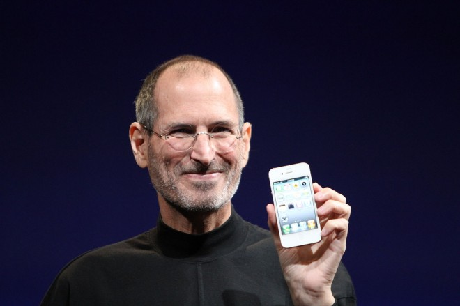 Steve Jobs bei der Vorstellung des iPhone 4: Der Apple-Gründer war für seine Geheimniskrämerei bekannt. (Bild: Wikipedia/Matthew Yohe)