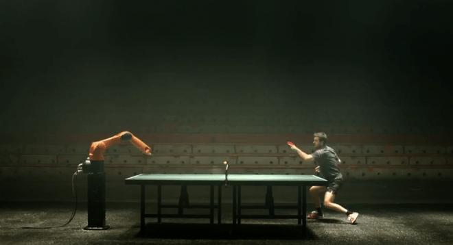 Mensch gegen Maschine: Im Tischtennisduell zwischen Timo Boll und dem KR Agilus, geht es hoch her. (Bild: KUKA AG/ Youtube Screenshot)