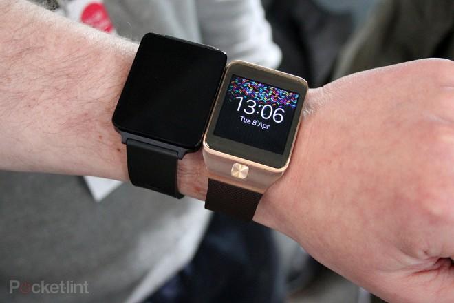 Vergleich: Die LG G Watch wirkt etwas größer als die Samsung Gear 2. (Bild: Pocket-Lint)