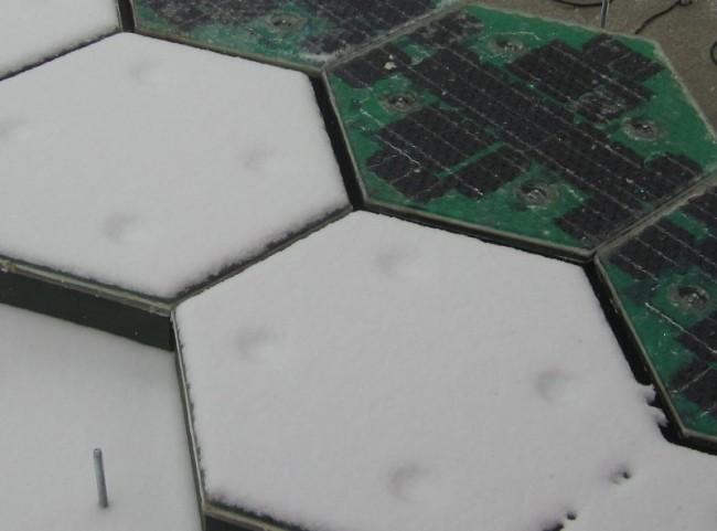 Zusätzlich können die Solarzellen beheizt werden. Schneefahrbahnen gibt es somti nicht mehr.