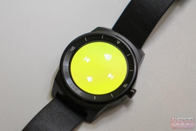 Dank dem neuen Update kann die auf der Smartwatch gespeicherte Musik direkt wiedergegeben werden. (Foto: AndroidPolice)