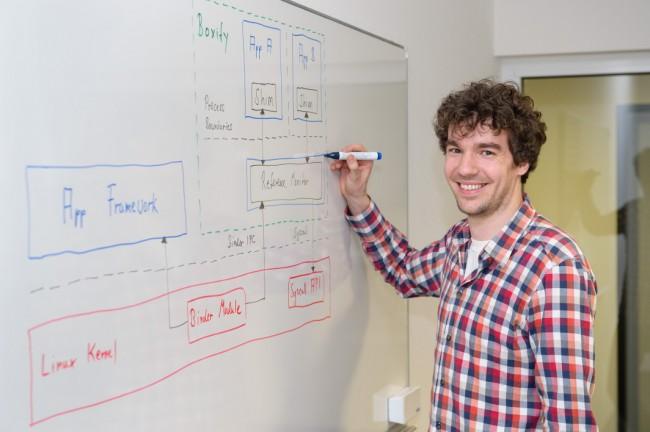 """Auch für Firmen ist die Software interessant: """"Mit der App kann jedes Unternehmen auf dem Gerät des Mitarbeiters einen dienstlichen Bereich einrichten, der sowohl die Interessen des Arbeitgebers als auch die des Arbeitnehmers schützt."""" (Foto: Universität des Saarlandes / Oliver Dietze)"""