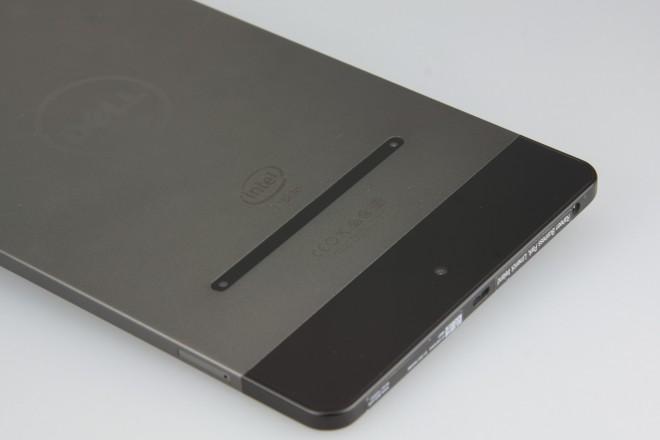 Drei Augen und kein Sehschlitz. Der Kombieinschub für microSD- oder (in der LTE-Version) SIM-Karte ist verdeckt. Nicht nur zum Schutz, sondern wohl auch aus optischen Gründen.