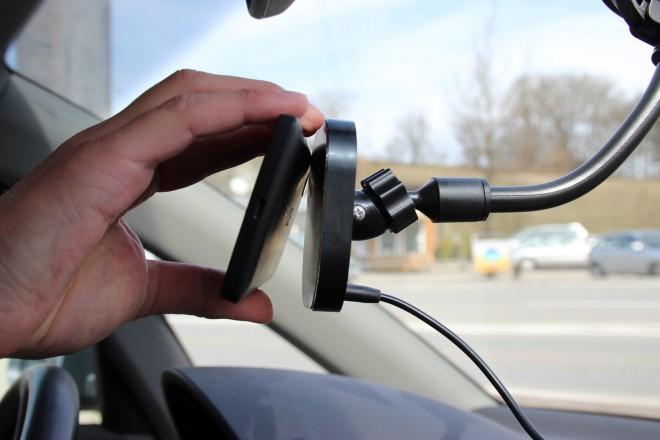 Aufsetzen und leicht andrücken – schon  hält das  Smartphone. Spezialbeschichtung und Magneten sorgen für die Haftung.