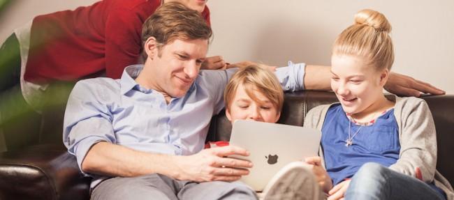 """Laut der Initiative """"Schau Hin"""" sollten Kinder unter drei Jahren generell noch keine mobilen Mediengeräte benützen. (Foto: Schau hin)"""