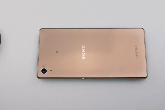 Der bekannte Look: Sony verzichtet auf Schnickschnack, das Xperia Z3 + begeistert mit schlichter Eleganz. Praktisch: Die Kamera steht nicht aus dem Gehäuse hervor.