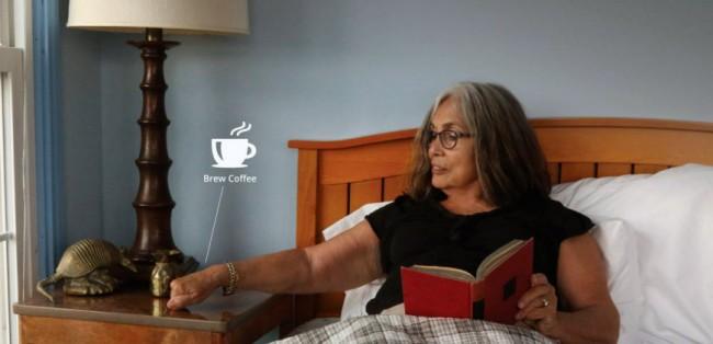 Knocki erkennt verschiedene Klopfmuster, so dass du durch Anklopfen beispielsweise deines Nachttischs mehrere Funktionen wie das Ausschalten der Lampe, das Stellen des Weckers oder das Einschalten der Kaffeemaschine steuern kannst. (Foto: Swan Solutions, Inc.)