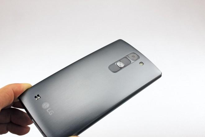 Bei uns erhältlich sind nur zwei Farben: Grau und Weiß. Der Testrücken zeigt sich im schicken Look gebürsteten Metalls.