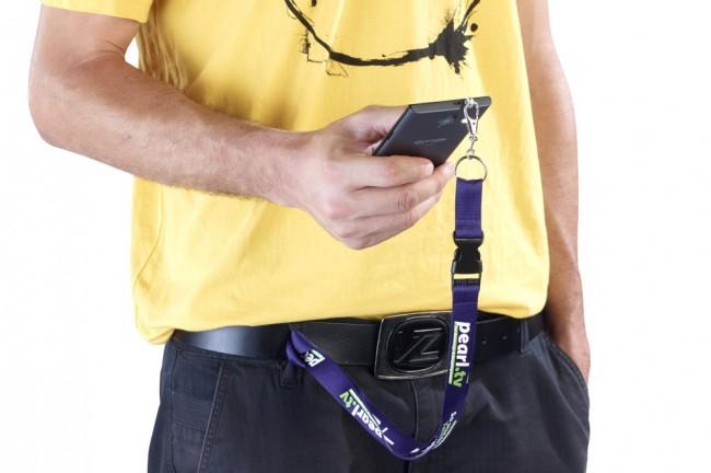 Dank der Öse an der Oberseite der Halterung kannst du das Smartphone beispielsweise am Gürtel, am Handgelenk, an einem Halsband, an einer Umhängetasche oder an einem Rucksack befestigen. (Foto: PEARL.GmbH)